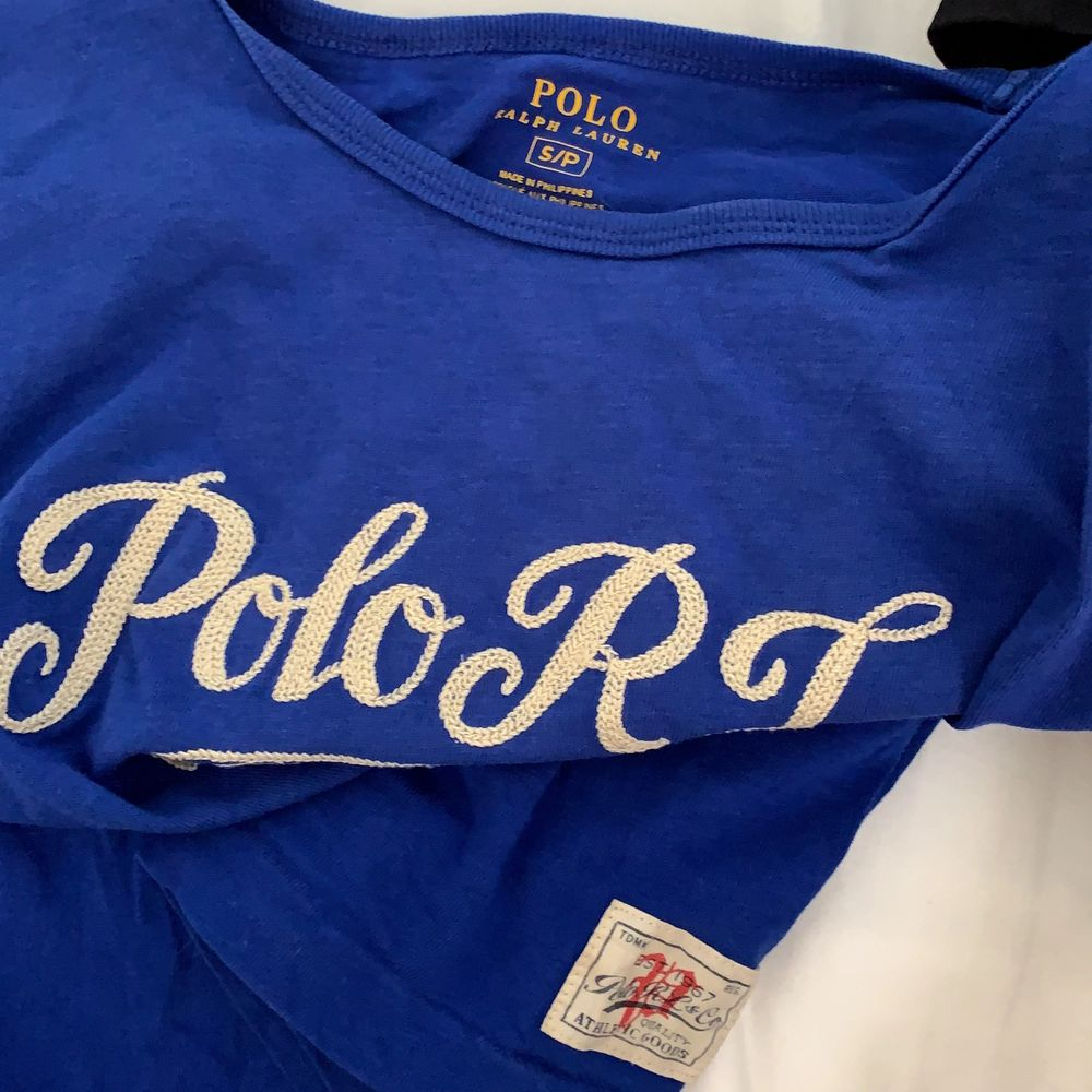 Jättefin blå RL polo-tshirt som är relativt använd men bra skick! Köpt i usa och ej hittat till salu i svergie sen dess! Bjuder på frakt! Nypris cirka 500. T-shirts.
