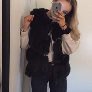 Jättefin faux fur(fuskpäls)väst i bra skick🥰 Köptes för 1500 kr.