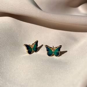 Superfina och gulliga fjärilshörhängen i blågrön färg❣️