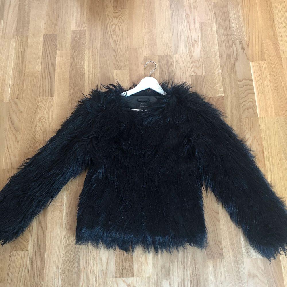 Svart fake pälsjacka från Only, storlek S, använd fåtal gånger, 100 kr. Jackor.