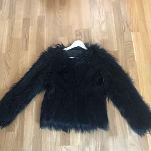 Svart fake pälsjacka från Only, storlek S, använd fåtal gånger, 100 kr