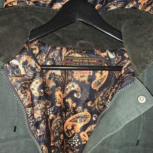 Camo-grön vinterjacka med avtagbar luva ! Super snyggt tyg inuti! Jackan är ifrån  Made in the shade ! Jackan är i bra skick. Köpare står för frakt eller hämtar på adress !! 🪐🪐