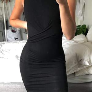 En svart väldigt tajt klänning med detaljer framtill! Framhäver kurvorna och sitter supersnyggt! Använd en gång! Kan mötas upp i Malmö annars står köparen för frakt❤️