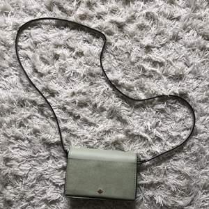 Liten fin mintgrön väska från hm. Får plats med det viktigaste som mobil och nycklar. Jättefin till sommaren! Köpare står för frakt💖