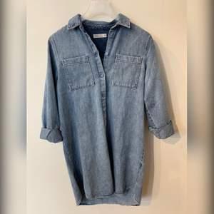 Längre jeansjacka alternativt grövre jeansskjorta som ny. Pris 200kr + frakt