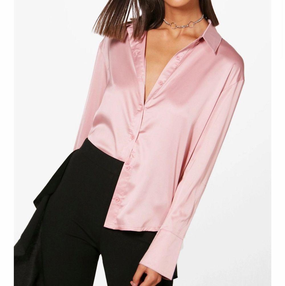 Jäättefiin silkesskjorta från boohoo. Sitter lite lösare på mig, st 36 från boohoo. Så snyggt att knyta den! Har använt väldigt få gånger, kan dock vara någon tråd som sticker ut. Svårt att fånga upp färgen på bild men den är rosa!! Frakt ingår i priset🦋. Skjortor.