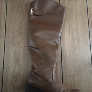 Knähöga stövlar i skinn imitation från din sko, använd vid 1 tillfälle.