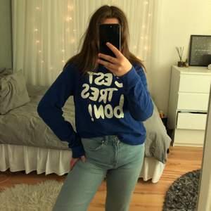 En snygg sweatshirt i mörkblå färg. Superfin att styla till ett par jeans eller till en kjol!