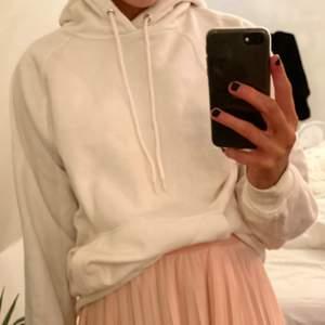 helt vanlig basic vit hoodie! sitter perfekt som man vill att en hoodie ska sitta dock!!! stort +! frakten är inräknad i priset!💕💕