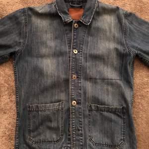 Säljer min jeans jacka från Lager 157 som är fortfarande i mycket god skicka nu när den inte används längre. Storleken är M och den passar med i princip allt.
