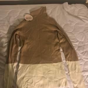 En beige vit långärmad tröja som är helt ny. Köpt i Berlin. Prislappen är kvar. Säljs bara i Helsingborg