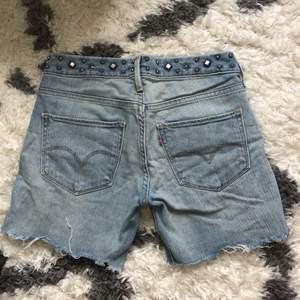 Snygga avklippta levis shorts som tyvärr blivit för små för mig. Storlek 27. Möts upp i Göteborg eller skickar spårbart för 49 kr. Samfraktar