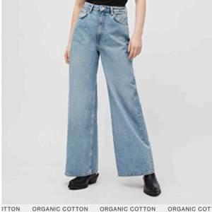 Supersnygga vida jeans i nyskick, endast använda en gång, de är i modellen ace från Weekday, jättebra kvalité! Har av er vid frågor eller så!
