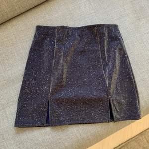 Glittrig kjol med två slitsar, från Urban Outfitters. Helt oanvänd, prislappen sitter kvar. Frakt tillkommer