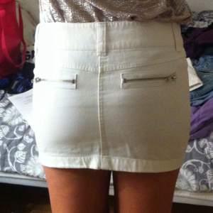 Vit kort jeans kjol. Storlek 160 men passar 34. Kolla gärna in mina andra auktioner, jag samfraktar