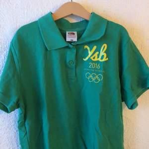 bra för att spela tennis i, grön skjorta med gult tryck på bröstet. köpte i japan så den sitter tajtare eftersom deras storlekar är mindre:)