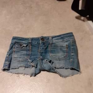 Jeans shorts med en mörkblå färg. Från märket Only. En hint av 80 tal.