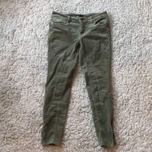 """Gröna corduroy """"jeggings"""" från Zoul. Köpt begagnat men i bra skick! Dragkedjor vid anklarna. Säljer dem då de tyvärr är för små i midjan för mig:( lite liten i storleken."""