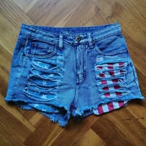 Coola jeansshorts. Vet inte varför men färgen stämmer bäst med mittenbilden.