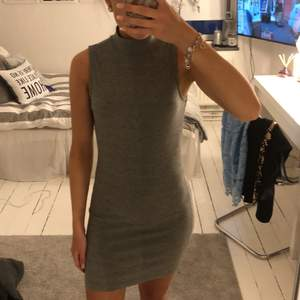 Grå poloneck klänning från Gina Tricot. Storlek S, sitter tajt. Hyfsat kort modell. Köparen står för frakten!