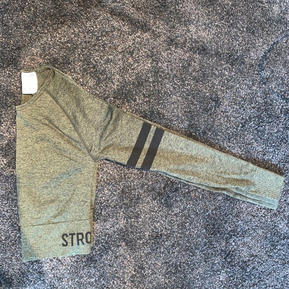 Cropped tränings tröja från stronger. Strl XS/S. Använd en gång då den är lite för kort för min smak. Köparen står själv för frakten. Huvtröjor & Träningströjor.