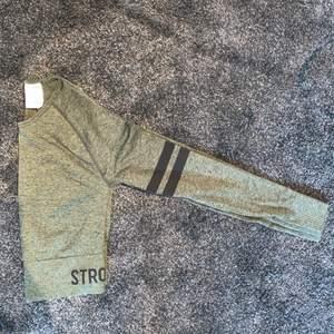 Cropped tränings tröja från stronger. Strl XS/S. Använd en gång då den är lite för kort för min smak. Köparen står själv för frakten