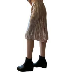 Originellt ett par byxor från GinaTricot som jag gjorde om till en kjol. Har en slits i sidan. Storlek 40 men sitter bra på mig som har 36-38! En snabb affär uppskattas 💜