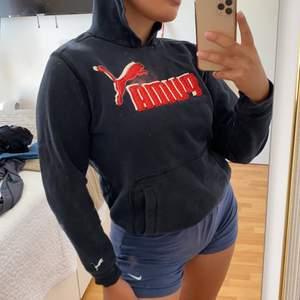 Snygg svart och röd puma hoodie, som tyvärr inte kommer till användning längre därför säljs den.