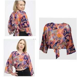 Amisu-, blouse & shirt, XS , Använt 1 gång (som ny) Går även att knyta fram istället för bak om man föredrar det. (+ Frakt 22kr)