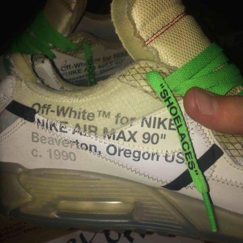 Off-White Air Max 90 (The-Ten) 2017 Off white i kollaboration med Nike av Virgil Abloh.  Bra skick, nypris 20-30000kr.  Kom med erbjudanden eller eventuella byten, tar helst pengar. Fråga för mer bilder! . Skor.