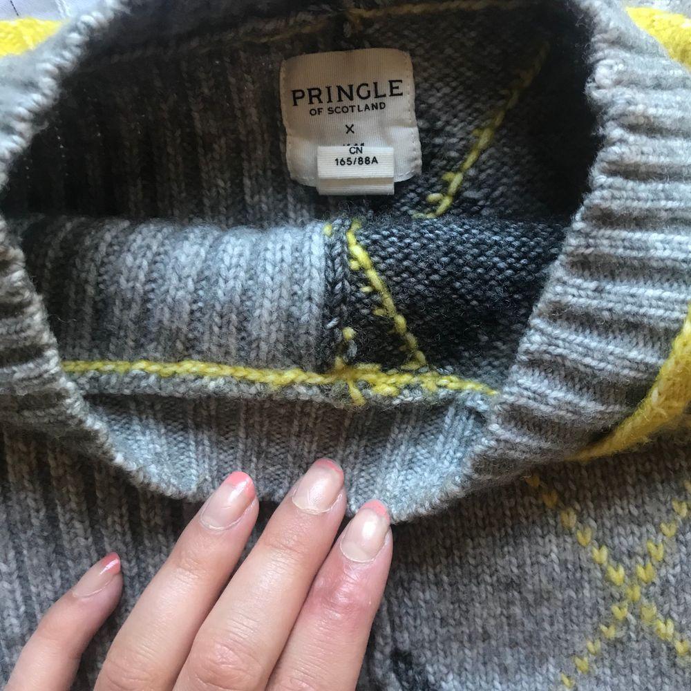 """Mysig tröja men stockade """"rutor"""" och """"ränder"""". Säljer pga för liten. Den passar folk i storlek s 🤩. använd ett fåtal gånger, bra skick!💕. Stickat."""