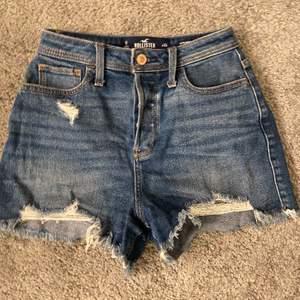 """Super söta HOLLISTER shorts! Modellen heter """"vintage stretch) och dom är högmidjade. Jätte fina och perfekta nu inför sommaren! Ord pris: ca 500kr"""