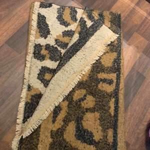 Så gosig o snygg halsduk från zara med olika mönster på var sida