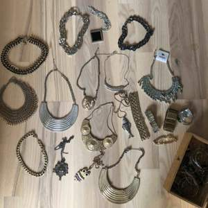 Diverse halsband, alla för 100kr. Finns att hämta i Hägersten solberga