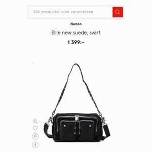Jättefin svart Nunoo-väska i mocka, endast använd under ett par veckor i höst. Avborstad o impregnerad :)   Strl: Ellie  Mått: L: 24 cm x H: 16 cm x D: 10 cm  Extra lång justerbar och avtagbar rem medföljer.   KÖPARE STÅR FÖR FRAKT!