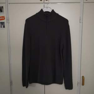 Säljer en stickad polotröja med dragkedja från visual clothing project som jag har tröttnat på. Den är i väldigt bra skick och skulle se bra ut oversized, alltså på någon som har S eller mindre M då den är väldigt hängig. Priset kan nog diskuteras :)