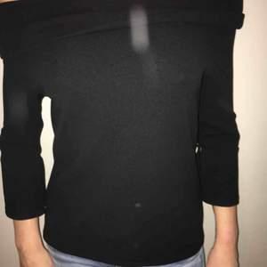 Svart tröja med trekvartsärm och snygg att dra ned för att visa axelpartiet. Frakt betalas av köparen.