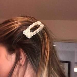 Ett jätte fin pärl hårspänne som är köpt från byanastasia, använt endast 2 gånger då det inte är min stil så den är i nyskick, nypris ca 80kr. Köparen betalar 9kr frakt