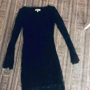 Svart spetsklänning från Dry Lake. Använd endast 1 gång