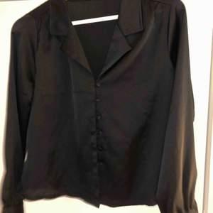 """""""Silkes"""" skjorta med knappar.  Använd 2 gånger från bikbok"""