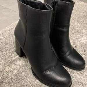 Välskötta svarta högklackade skor. Använda ett par gånger. Som nya.
