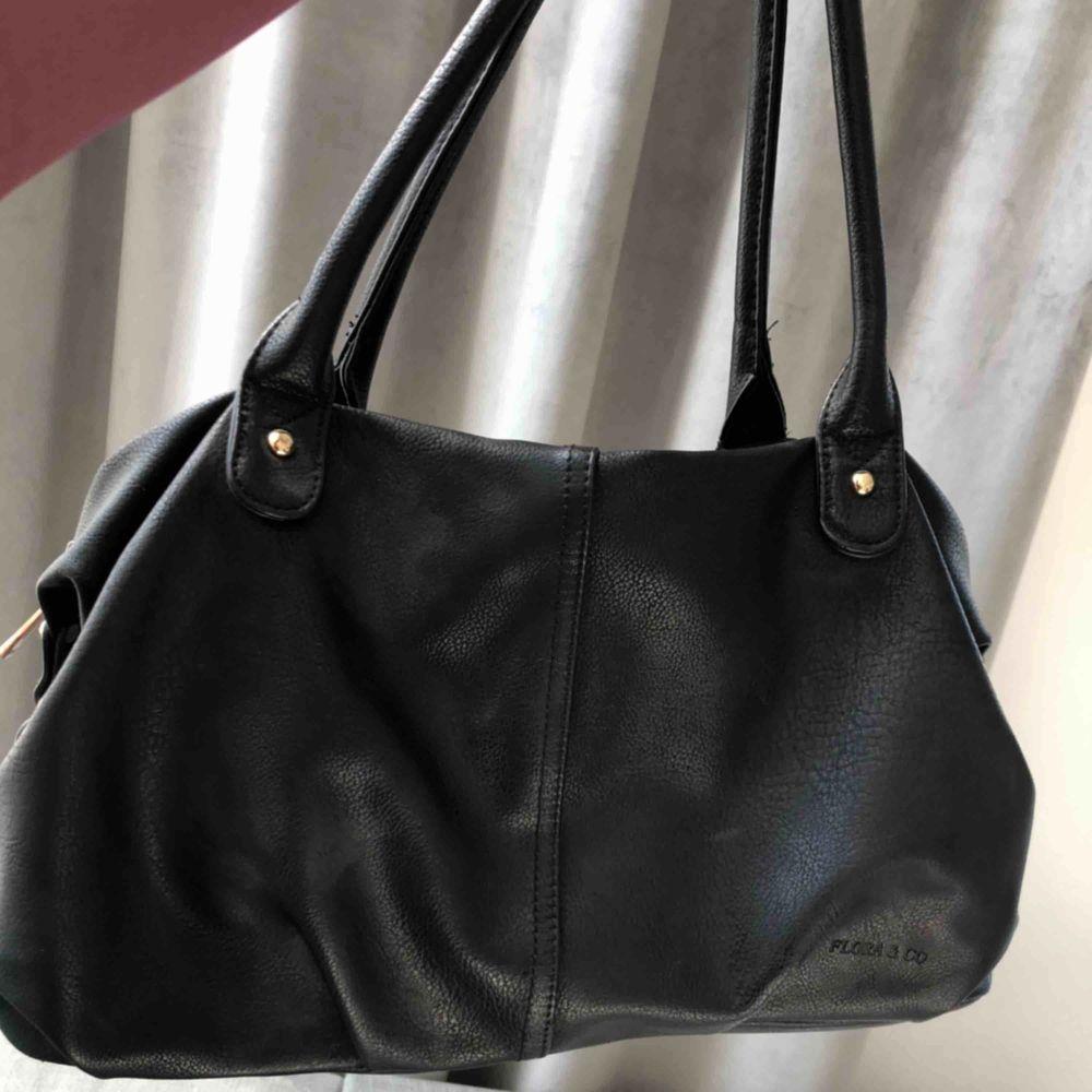 Säljer denna super fina och basic väskan. Fake läder och har en super snygg insida med bra fack😊. Väskor.