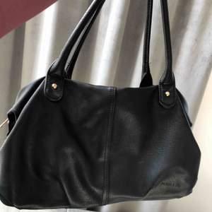 Säljer denna super fina och basic väskan. Fake läder och har en super snygg insida med bra fack😊