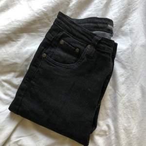Snygga PLT jeans med fransade ändar, inte jätte tighta utan sitter tight vid magen och rumpan och blir lite lösare där nere, säljer pga att de är förstora på mig och har aldrig använt dem ute har bara testat hemma🤍
