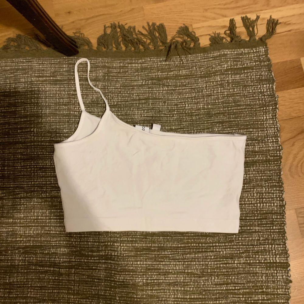Snyggt linne med ett axelband 🌸  eventuell frakt står köparen för. Toppar.