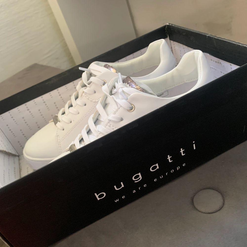 Helt nya Bugatti-skor i kartong storlek 38.  Endast testade! Köparen står för frakt (140 kr).  500 eller bud :). Skor.