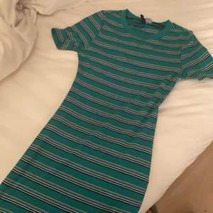 En randig klänning från H&M, säljer eftersom den inte kommer till användning. Passar allt från XS till M, extremt stretchig