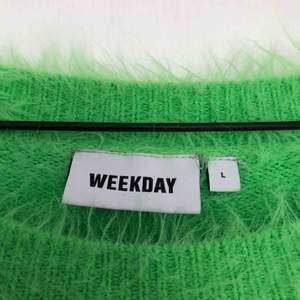 Sparsamt använd! Jättefin grön mjuk tröja från weekday!  Behöver bli av med allt snabbt då jag snart ska flytta, så kolla gärna in mina andra annonser också!🥰 Köpare står för frakt♻️🌱🌍
