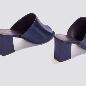 """Fantastiskt fina """"satin mule heel sandals"""" i färgen blå från NA-KD. Helt slutsålda på hemsidan, ett måste i sommar!🥺⚡️✨"""