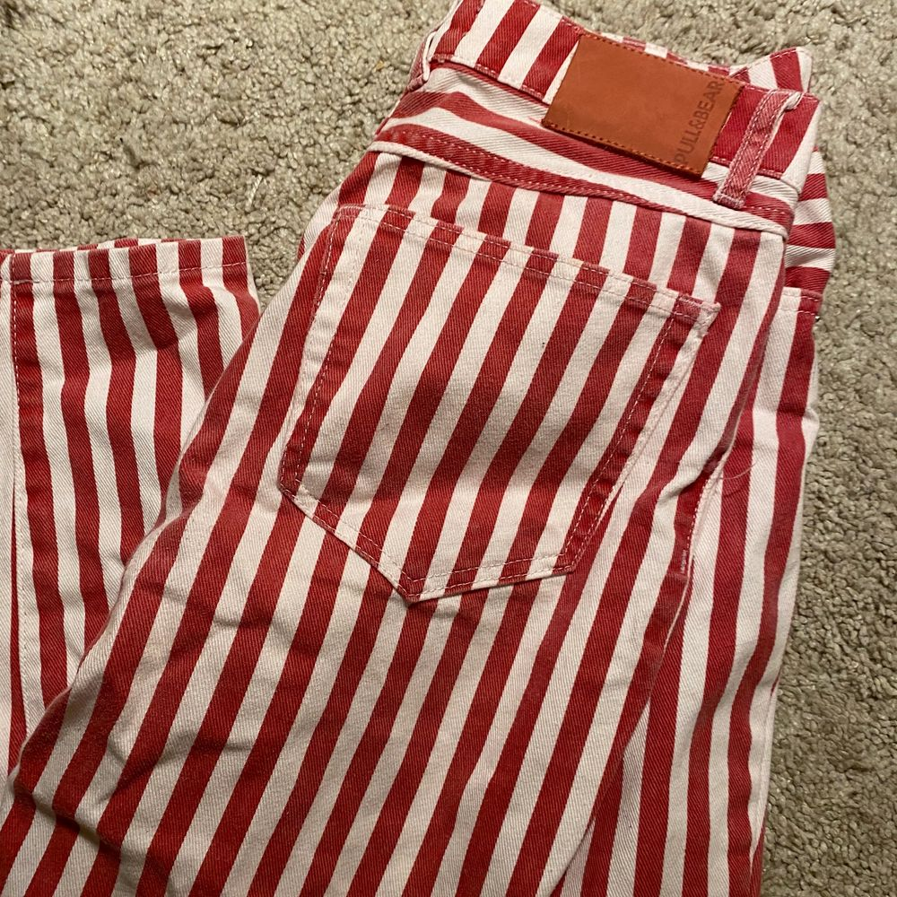 Mom jeans från pull and bear! Topp skick, frakt ingår ej, kan mötas upp i sthlm😚. Jeans & Byxor.